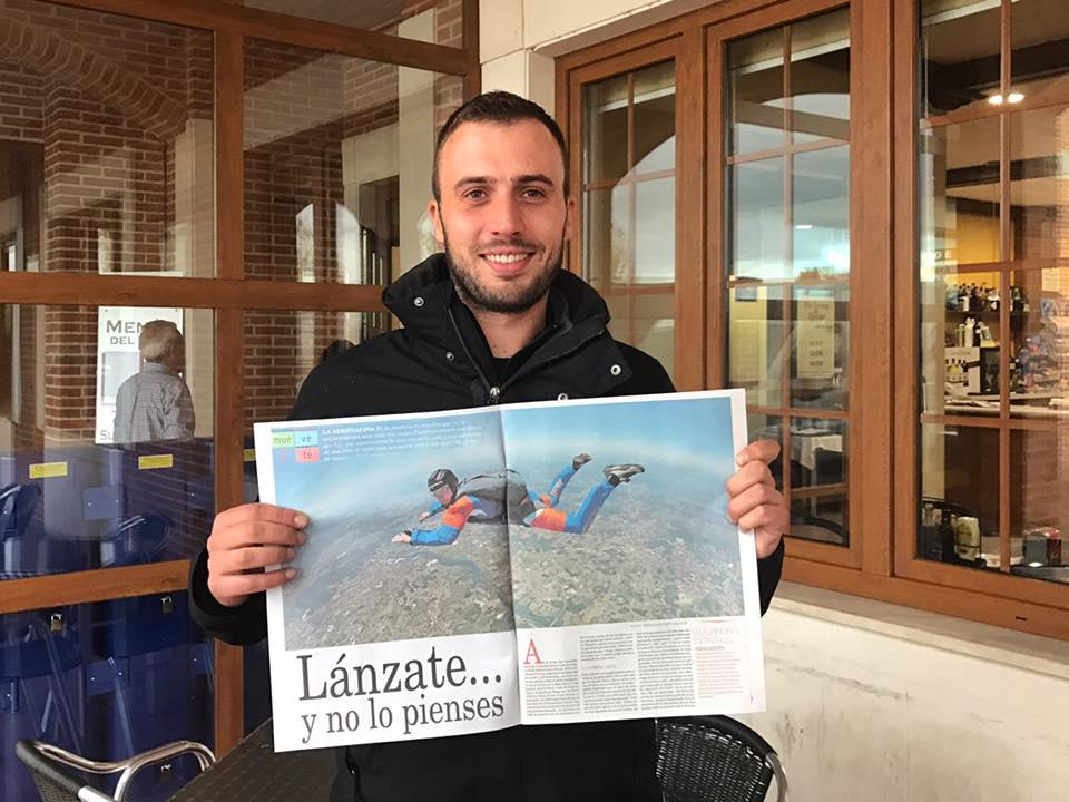 Alex, miembro de Paracaidismo Galicia, portada del suplemento YES de La Voz de Galicia