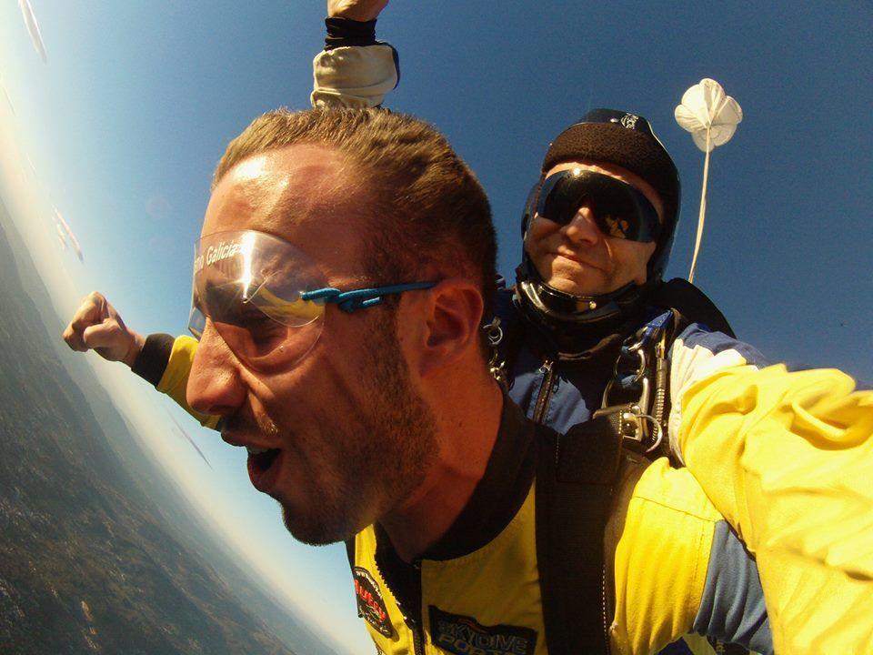 Alex saltando por primera vez en paracaídas en Paracaidismo Galicia