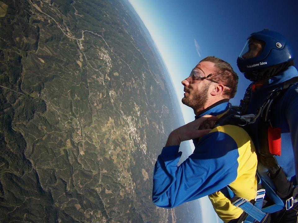 Alex haciendo su segundo salto tandem en Paracaidismo Galicia